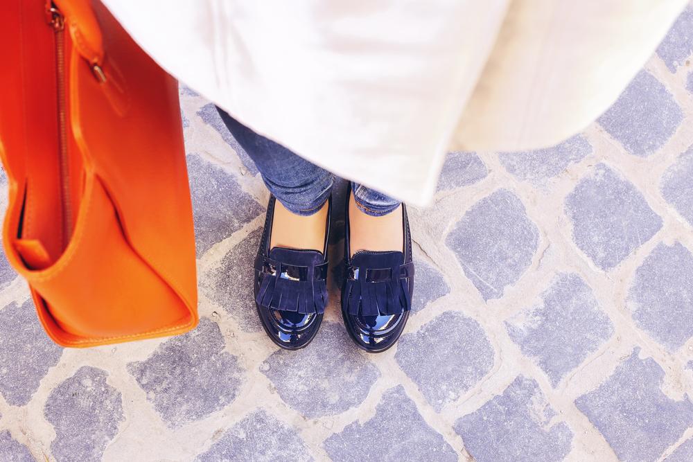 Ob Schuhe, Shirts oder Hemden - online können wir inzwischen ganz bequem Textilwaren aller Art kaufen. Bildquelle: © Shutterstock.com