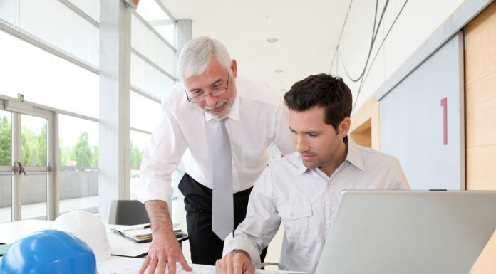 Warum denn nicht? Einer Selbständigkeit im fortgeschrittenen Alter steht oft weniger im Weg als wir denken. Bildquelle: shutterstock.com