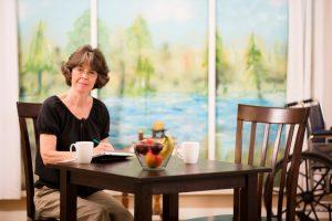 Ein komfortabler Tisch kann das Wohngefühl enorm verbessern. Quelle: istock.com/fstop123