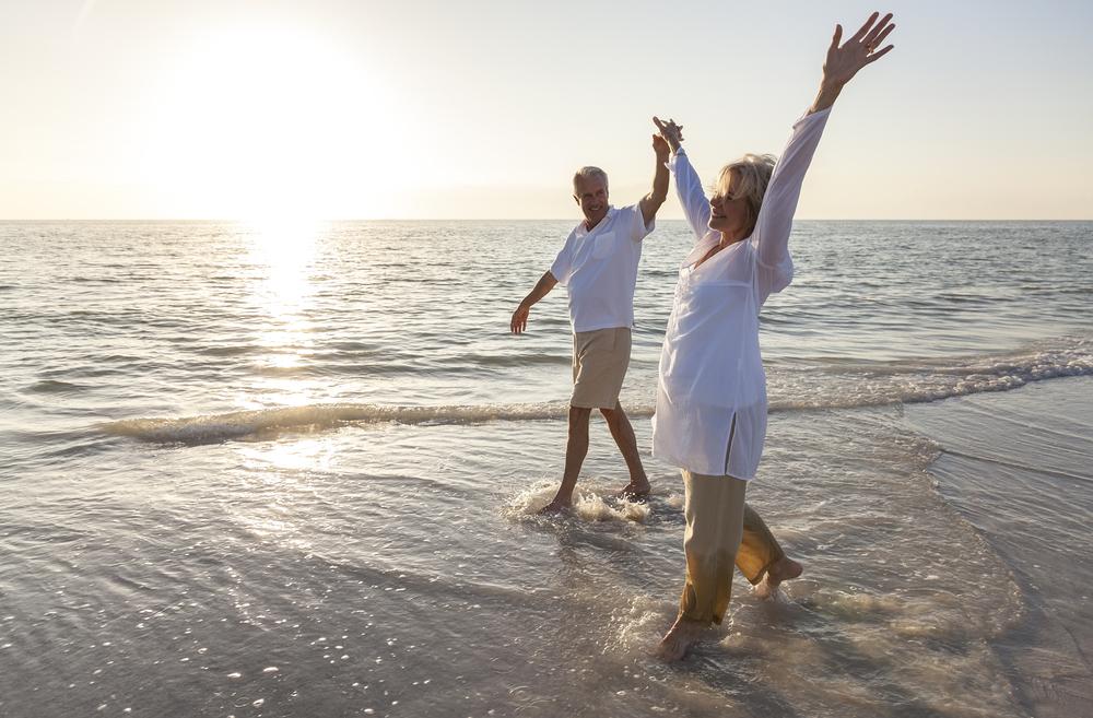 Mit luftiger Kleidung in den richtigen Materialien lassen sich sommerliche Hitzeperioden gut überstehen. Quelle: Shutterstock.com