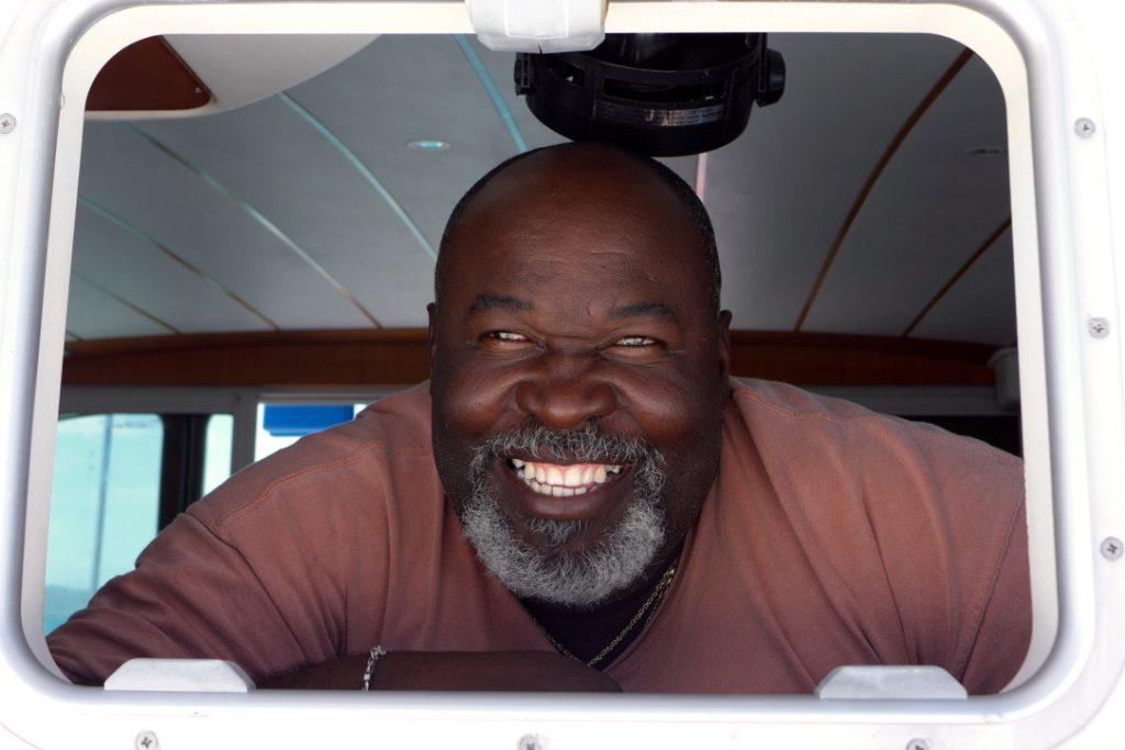 """Captain """"African"""" Simmons ist ein in jeder Hinsicht erfahrener Segler, der die Grenadinen wie seine Westentasche kennt. Bildquelle: 59plus GmbH"""