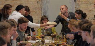 Kochen für die Toleranz, das Projekt Kitchen on the run. Quelle: Gemeinsames Kochen im Container im Namen der Flüchtlingshilfe. Quelle: kitchenontherun.org