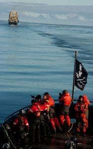 """Die Sea Sheperd Crew findet das vermeintliche Walfängerboot """"Nisshin Maru"""" in Mackenzie Bay in Australien. Quelle: Sea Shepherd/ Glenn Lockitch 2013"""