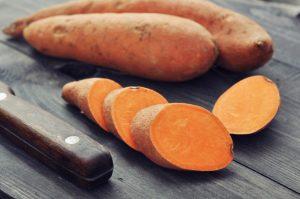 Die Süßkartoffel ist aktuell sehr populär und in jedem Supermarkt zu bekommen. Bildquelle: Shutterstock.com