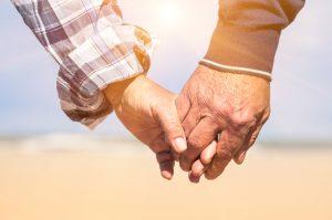 Nach der anfänglichen Verliebtheit zeichnet eine lange Beziehung vor allem eine große Vertrautheit aus. Bildquelle: Shutterstock.com