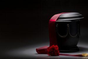 Eine wasserlösliche Urne wird mit der Asche des Verstorbenen dem Meer übergeben. Bildquelle: Shutterstock.com