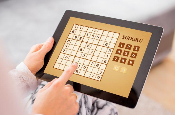 Das uralte Konzentrations- und Zahlenspiel Sudoku lässt sich ganz wunderbar auch auf dem Tablet spielen. Bildquelle: shutterstock.com