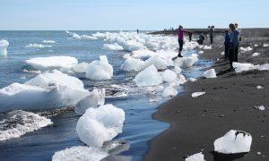 Das Eis des Vatnajökull wird eindrucksvoll an die Küste gespült. Quelle: pixabay.de