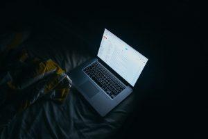 Vor dem schlafen gehen noch die Emails checken, oder aus dem Bett Fernsehn? Für eine gute Nacht sollten Sie das lassen. Bildquelle: pixabay.de