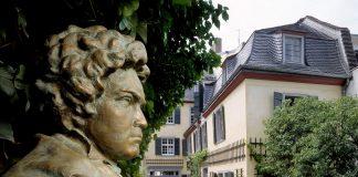 Im Garten des Beethoven Haus in Bonn steht eine Büste des berühmten Komponisten. Bildquelle: Beethoven Haus