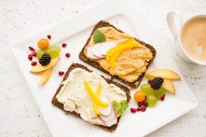 Ob als Dip oder Brotaufstrich - Hummus lässt sich auch sehr einfach zu Hause selbst zubereiten. Quelle: pixabay.de