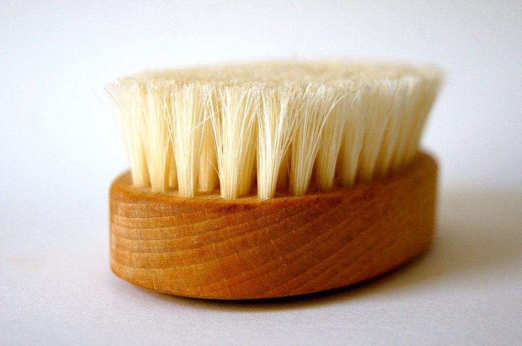 Bürsten mit einem langen Stiel können das Duschen deutlich erleichtern. Bildquelle: Pixabay.de