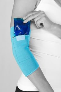 Die Kühlkompresse kann einfach in die Bandage eingeschoben werden und so zur Wärme- und Kältebehandlung genutzt werden. Quelle: cool&move®