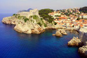 Entlang der malerischen Küstenlandschaft Kroatiens werden viele Sorten Wein Angebaut. Bildquelle: pixabay.de