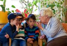 """Ein Besuch im Altersheim ist Teil des Projekts """"Was ist bloß mit Opa los?"""" vom Eben im Leben e.V. Bildquelle: 59plus"""