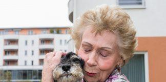 Fotograf Werner Krüper porträtiert Senioren und ihre vierbeinigen Lieblinge. Bildquelle: wernerkrueper.de