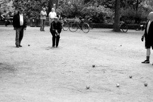 Im Sommer kann man in den deutschen Parks häufig Leute beim Boule spielen beobachten. Quelle: pixabay.de