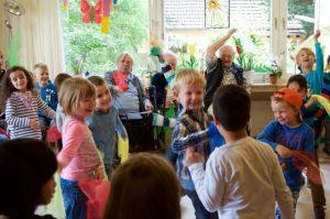 Bei Sing- und Bewegungsspiele können Kinder und Senioren alle Hemmungen fallen lassen und sich besser kennen lernen. Bildquelle: 59plus
