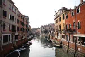 In dieser malerischen Gasse liegt die Biennale-Unterkunft in Venedig. Bildquelle: cinqueitalia.de