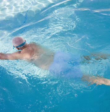 In Ruhe seinen Bahnen ziehen und Körper und Geist fit halten - das ist Schwimmen. Bildquelle: Shutterstock.com