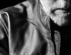 Eine Lederjacke ist in jedem Alter ein tolles Kleidungsstück für den Herrn. Bildquelle: Shutterstock.com