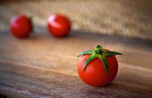Tomaten und Möhren enthalten wertvolle Carotinoide wie z. B. ß-Carotin oder Lycopin. Bildquelle: Pixabay.de