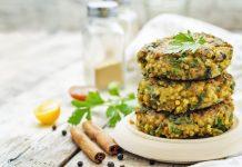 Lecker und gut für die grauen Zellen: Hirse-Frikadellen mit Gemüsesoße. Bildquelle: shutterstock.com