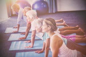 Auf einer Yogareise kommt man in den intensiven Genuss mehrerer Einheiten am Tag und kann somit fleißig üben. Bildquelle: shutterstock.com