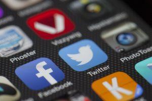 Und - heute schon getwittert? Instagram und Twitter sind auch bei der älteren Generation auf dem Vormarsch. Bildquelle: Pixabay.de