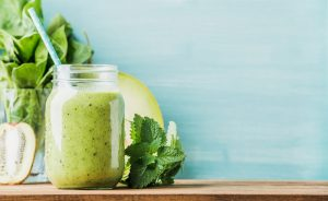 Die Farben Grün und Gelb prägen Ostern. Warum also nicht auch einmal ein grüner Smoothie?! Bildquelle: Shutterstock.com