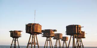 Geisterhaft ragen die alten Verteidigungstürme von Maunsell Forts aus dem Meer. Bildquelle: facebook.com/Project.Redsand
