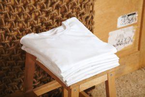 Karo, Streifen, Muster oder doch einfach schlicht weiß? Welches T-Shirt ist in dieser Saison das Richtige? Bildquelle: shutterstock.com