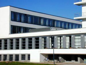 Der Bauhaus-Stil von Walter Gropius prägt Architekten und Designer bis heute. Bildquelle: pixabay.de