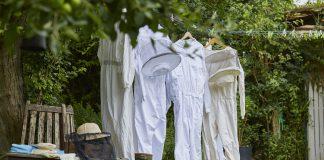 Wenn das Bienensterben nicht gestoppt wird, werden Imker ihre Schutzkleidung bald hängen lassen müssen. Bildquelle: Bine Bellmann