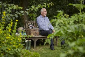Dr. Stefan Schmidt alias Dr. BEE in seinem Garten. Bildquelle: Bine Bellmann