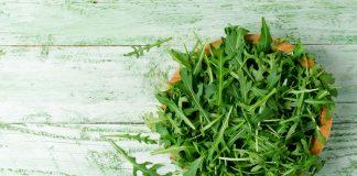 """""""Fit im Kopf"""" mit Joghurt-Rucola-Ballchen und Salat. Bildquelle: shutterstock.com"""