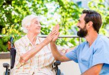 Zeit für ein Gespräch, um entweder einem akuten problem auf den Grund zu gehen oder einfach nur gegen die Einsamkeit, das ist es was das Pflegemodell aus den Niederlanden ausmacht. Bildquelle: shutterstock.com