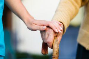 Was ist zu tun, wenn auf einmal Pflege benötigt wird und an wen kann ich mich wenden? Bildquelle: shutterstock.com