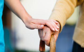 Was hat es auf sich mit dem neuen Expertenstandard in der Pflege für Menschen mit Demenz? Bildquelle: shutterstock.com