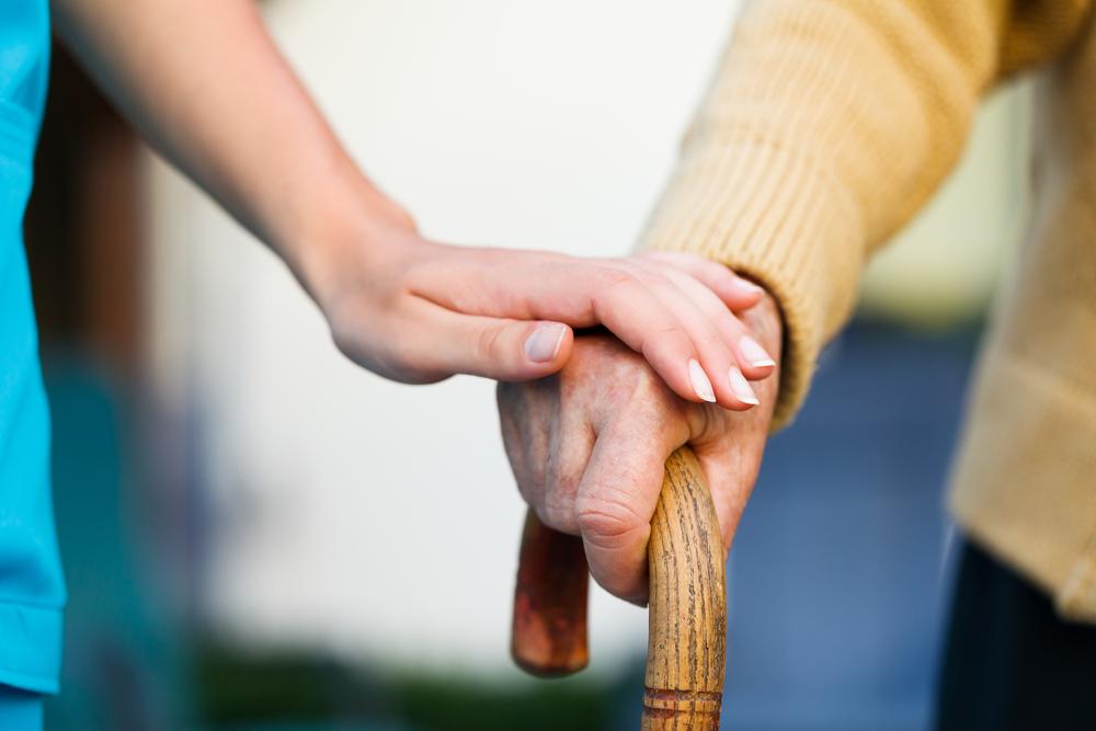 Vielen von uns ist gar nicht bewusst, das die 24-Stunden-Pflege eine wertvolle Alternative zum Heim ist. Bildquelle: © Shutterstock.com