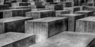 Das Holocaust Denkmal in Berlin soll an die vielen Opfer erinnern, die das NS-Regime bis zur deutschen Befreiung am 8. Mai forderte. Das Holocaust Denkmal in Berlin soll an die vielen Opfer erinnern, die das NS-Regime bis zur deutschen Befreiung am 8. Mai forderte. Bildquelle: pixabay.de