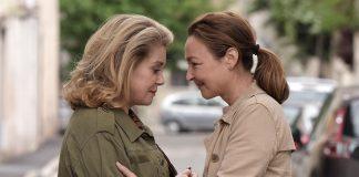 EIN KUSS VON BEATRICE. Beatrice und Claire kommen sich näher. Quelle: © 2012 UNIVERSUM FILM GMBH