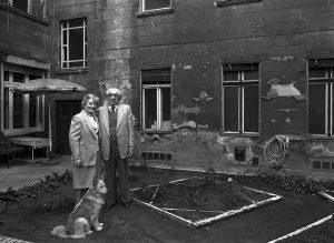 Hufelandstraße in Berlin - Oskar und Irma Fleischer in ihren Verlobungsanzügen mit Hund Putzi, 1986. Bildquelle: Harf Zimmermann