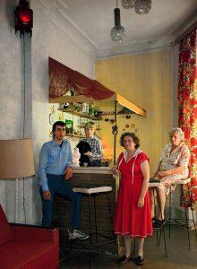 Hufelandstraße Berlin - Familie Hofmann an der Hausbar, 1986. Bildquelle: Harf Zimmermann