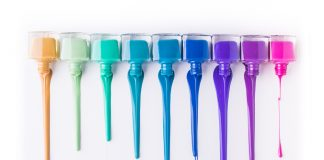 Welcher Nagellack ist in diesem Sommer aktuell? Ob bunt oder eher schlicht - es ist erlaubt was gefällt! Bildquelle: shutterstock.com