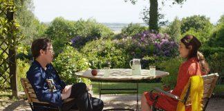 DIE SCHÖNEN TAGE VON ARANJUEZ, Dialog im Sommergarten, die Hauptdarsteller Reda Kateb, Sophie Semin. Quelle: © 2015 Alfama Films Production / Warner Bros. Pictures Germany