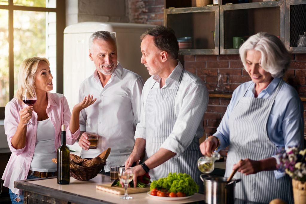 Zu zweit is(s)t man weniger allein. Das trifft in der Generation 59plus vor allem für das gemeinsame Kochen zu. Bildquelle: Fotolia.com