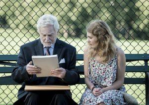 """Die junge Alma (Sophie Nélisse) übergibt Leo (Derek Jacobi) das übersetzte Manuskript von """"Die Geschichte der Liebe"""". Quelle: © 2017 PROKINO Filmverleih"""