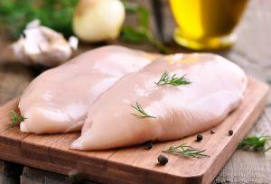 Gebratene Hähnchenfiletscheiben geben dem Mango-Chicken-Toast eine herzhafte Note. Bildquelle: shutterstock.com