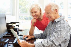 Mit der Unterstützung von den Kindern oder Enkeln ist das Onlinebanking leicht zu lernen. Bildquelle: shutterstock.com